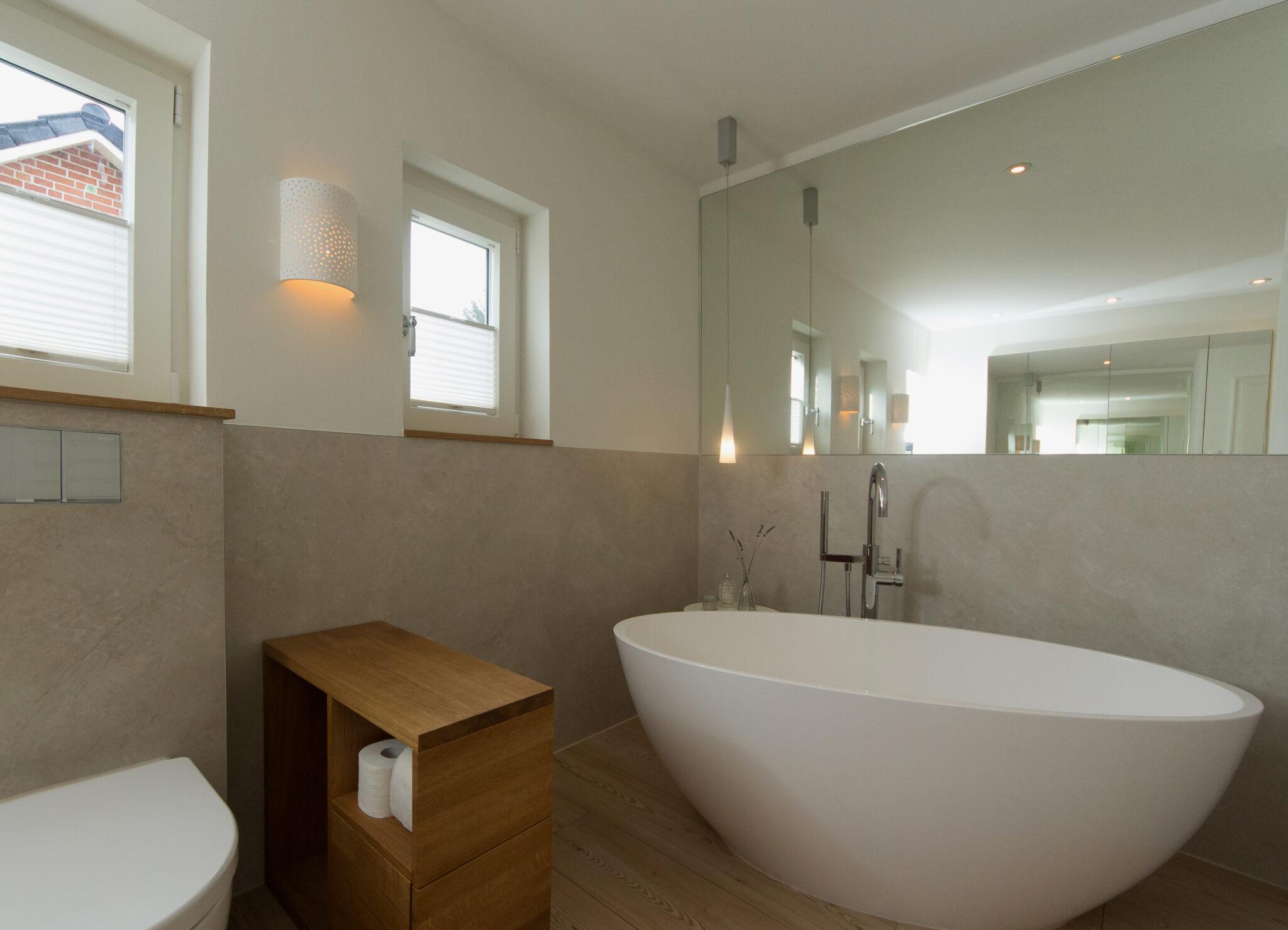 Badezimmer mit freistehender Badewanne und Dusche   BÄDER SEELIG