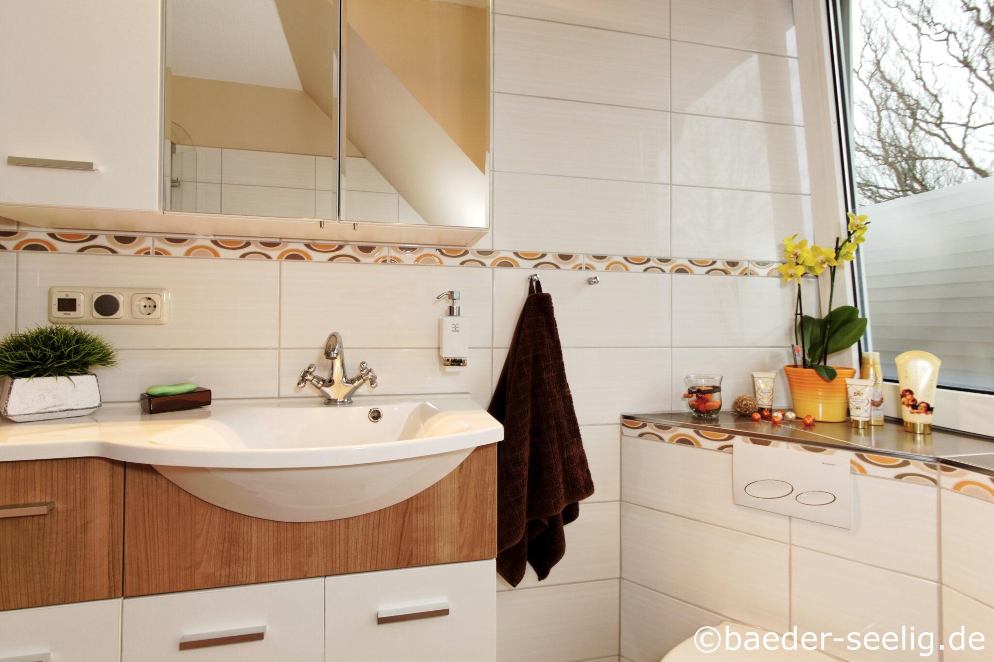Badezimmer mit Dachschräge   moderne Badewanne mit Tür