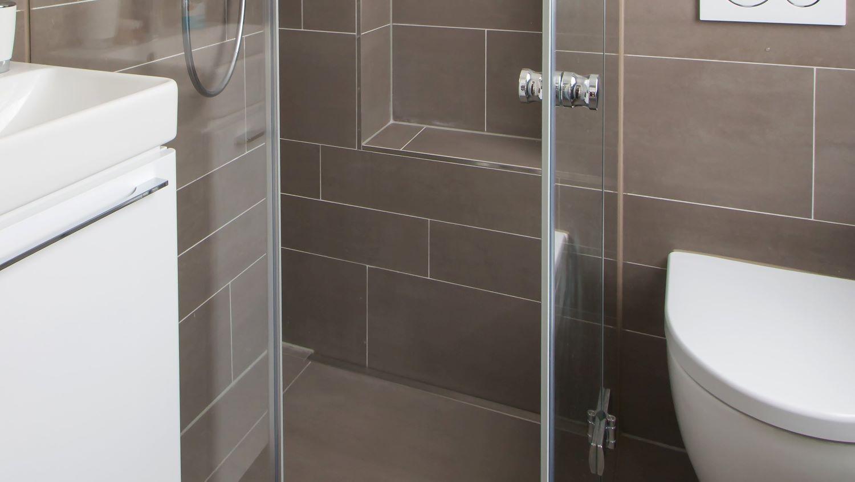 Abgebildet ist die in einer barrierefreien mini-dusche dezent wandbuendig eingebaute, hochwertige v4a edelstahl-duschrinne pro mit schmaler edelstahl abdeckung. Durch ihre sehr hohe ablaufleistung ermoeglicht die extra flache duschrinne pro eine sehr gute linienentwaesserung der bodengleichen dusche. Diese ebenerdige dusche mit grossformatigen boden- und wandfliesen ist sehr pflegeleicht