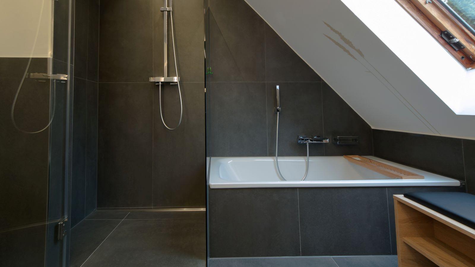 Abgebildet ist die in einer bodengleichen dusche wandbuendig montierte , dezente v4a edelstahl-duschrinne pro. Cm-genau massgefertigt bis 600 cm laenge laesst sich die duschrinne pro einfach zwischen der wand und der glasduschabtrennung montieren. Die unempfindliche duschrinne pro ermoeglicht eine sehr gute linienentwaesserung der ebenerdigen dusche. Diese barrierefreie dusche in moderner optik befindet sich in einem dachgeschossbad.