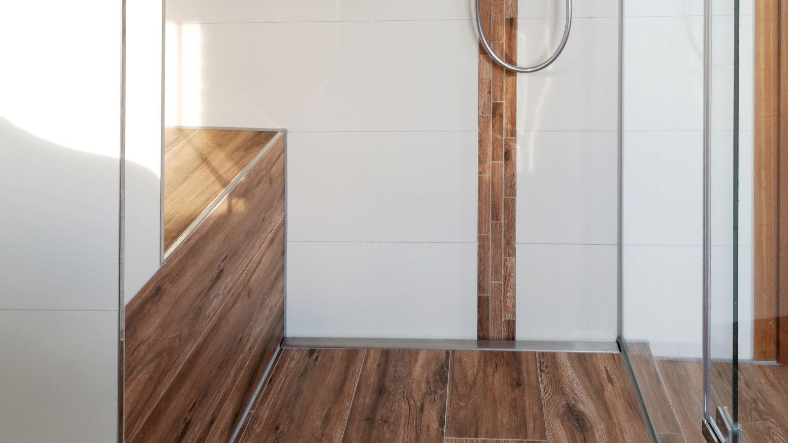 Abgebildet ist die in einer grossen, barrierefreien dusche mit sitzbank wandbuendig montierte , sehr lange v4a edelstahl-duschrinne pro in kombination mit grossformatigen, pflegeleichten fliesen. Cm-genau massgefertigt bis 600 cm laenge laesst sich die duschrinne pro einfach zwischen der sitzbank und der glasduschabtrennung montieren. Die hier gezeigte, sehr lange variante der duschrinne pro ermoeglicht eine sehr gute linienentwaesserung der ebenerdigen dusche.