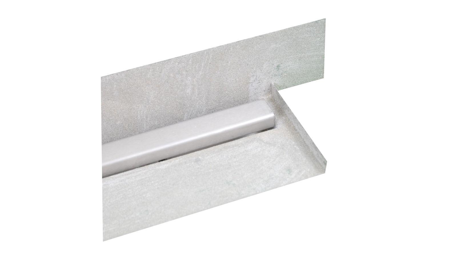 Die abbildung zeigt die sonderanfertigung der v4a edelstahl-duschrinne pro mit seitlichen ausfuehrungen fuer den wandbuendigen einbau. Rechts schliesst die massgefertigte duschrinne pro direkt an die glasduschwand an. Die individuelle seitliche ausfuehrung der duschrinne pro ist entsprechend hinten aufkantung fuer wand und rechts kleine aufkantung im rechten winkel fuer glasduschwand.