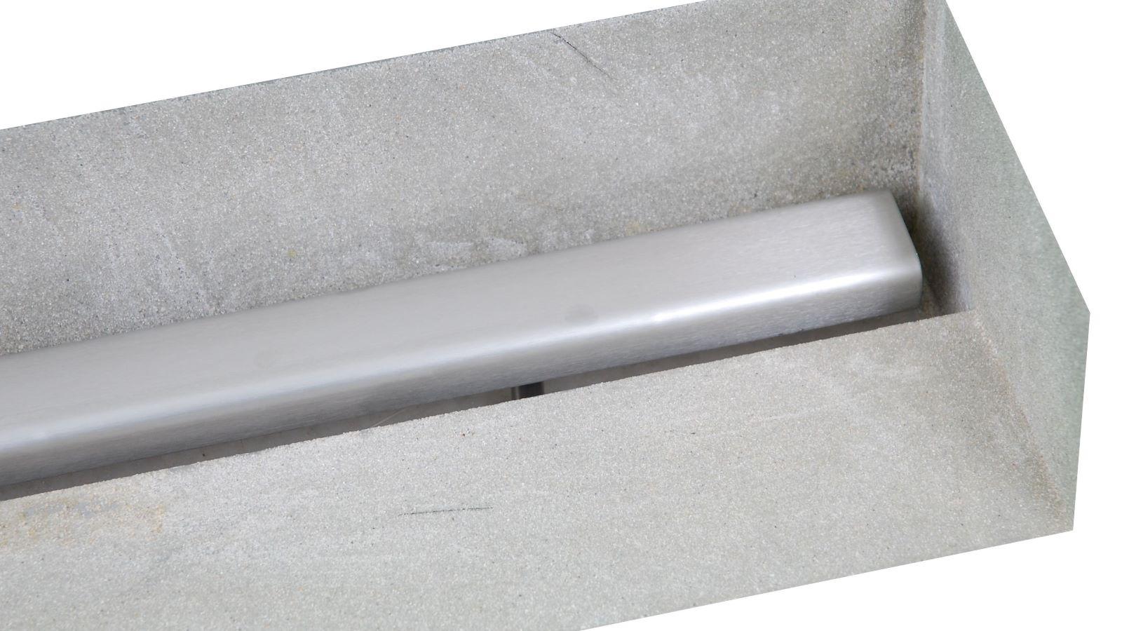Die hochwertige v4a edelstahl-duschrinne pro, hier eine sonderanfertigung mit einer aufkantung rechts, fuer den wandbuendigen einbau rechts in einer wandecke. Der breite, besandete klebeflansch sorgt fuer eine sichere abdichtung. Die massgefertigte duschrinne pro sorgt in jeder individuellen duschsituation fuer eine sehr gute entwaesserung. Auf dem bild sieht man die sehr flache duschrinne pro mit der dezenten edelstahl-abdeckung.