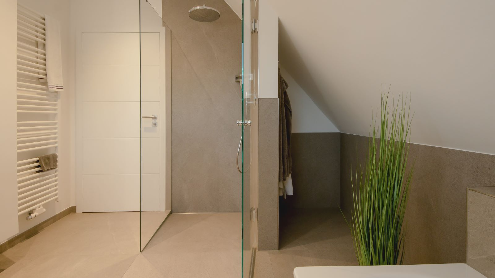 Abgebildet ist eine cm-genaue massanfertigung der hochwertigen v4a edelstahl-duschrinne pro. Sie ist wandbuendig in einer ebenerdigen dusche eingebaut. Hier erlaubt die sehr flache duschrinne pro eine sehr gute duschentwaesserung.