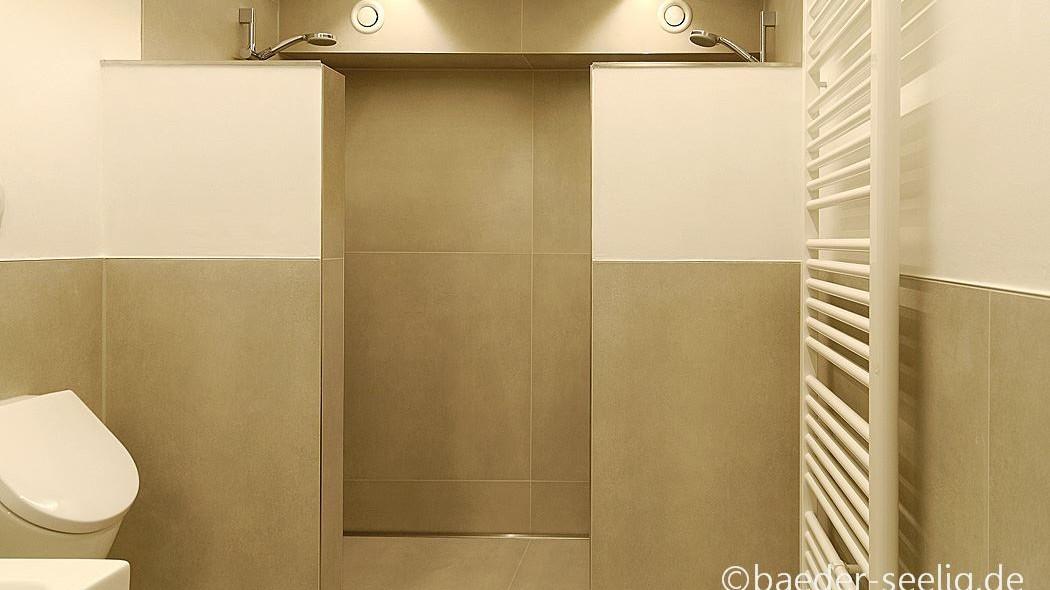 Die abgebildete, barrierefreie walk-in-dusche mit zwei duschplaetzen im sanitaerbereich hat eine wandbuendig montierte v4a edelstahl-duschrinne pro mit seitlichem ablauf zur linienentwaesserung. Die schmale schlitzduschrinne mit der sehr hohen ablaufleistung von ca. 1 l/s erlaubt eine sehr gute duschentwaesserung durch den ebenerdigen bodenablauf.
