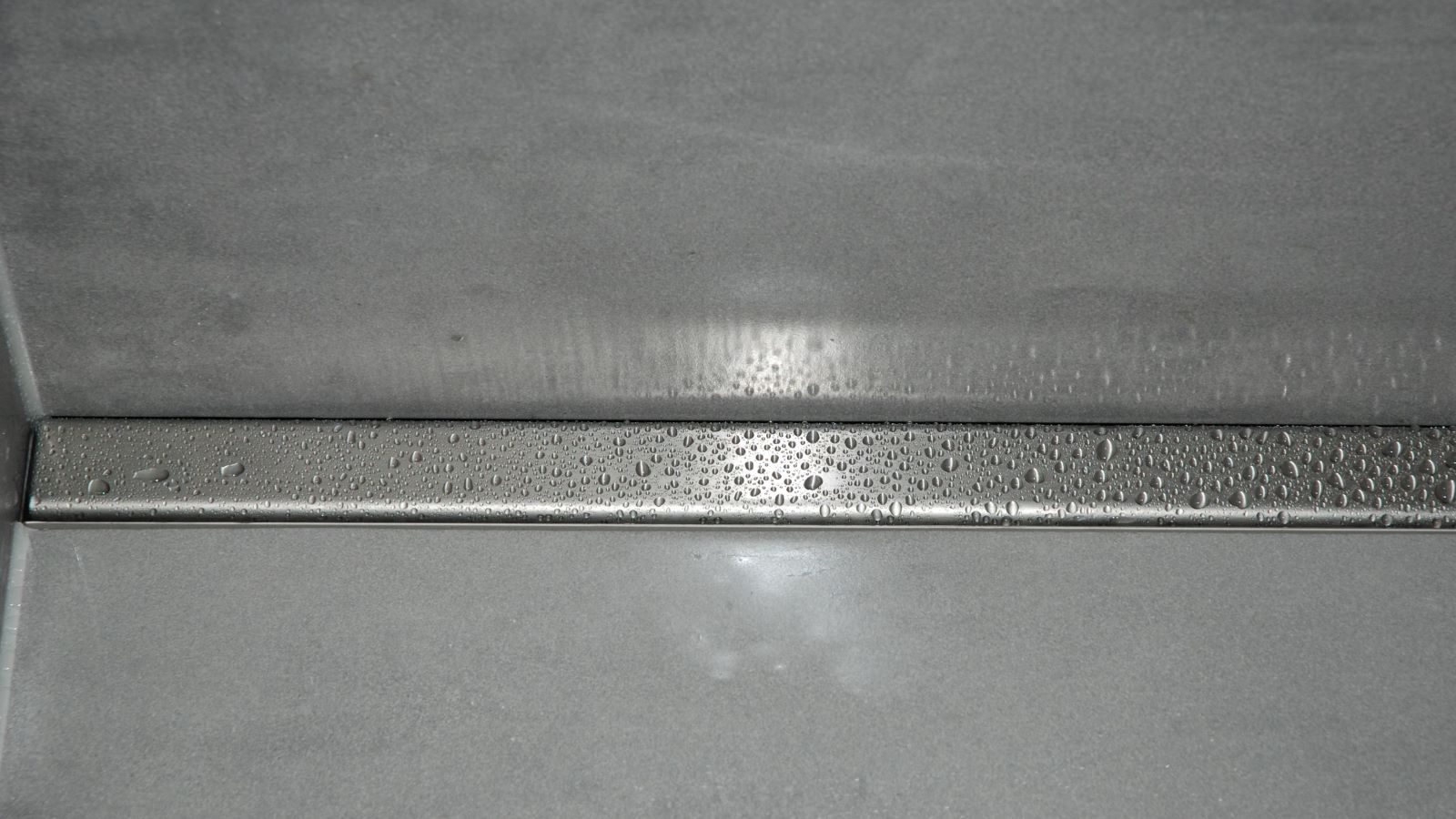 Die im bild dargestellte extra flache v4a edelstahl design duschrinne pro bietet fuer jede ebenerdige dusche die passende variante.