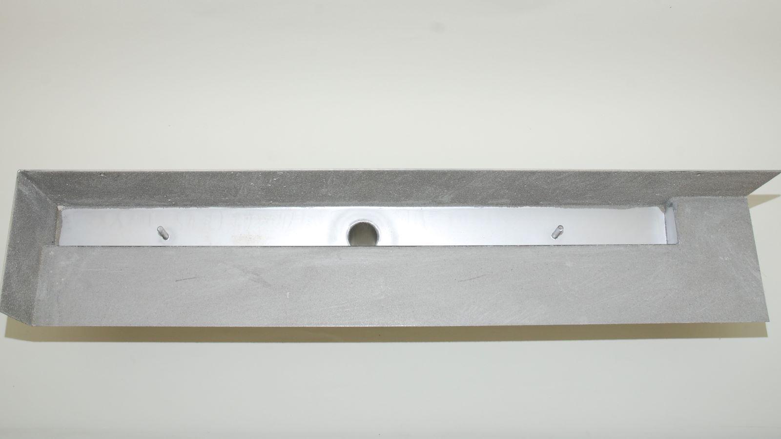 Die Sonderanfertigung auf dem bild zeigt die aufkantungen fuer den einbau in eine Ecke links. Die sehr flache v4a edelstahl-duschrinne pro hat eine sehr hohe ablaufleistung bei nur 20 mm oder 40 mm einbauhoehe. Die geringe einbauhoehe ist optimal fuer die planung bodengleicher duschen. Auf dem bild sichtbar ist der 40 mm freie abfluss der duschrinne pro. Hierdurch wird die ebenerdige dusche sehr gut entwaessert. Der ablauf der duschrinne pro ist frei positionierbar. Ebenso kann die richtung des ablusses frei bestimmt werden. Die sonderanfertigung der duschrinne pro auf dem bild ist eine von unendlich vielen moeglichen massanfertigungen. Das ist optimal fuer die planung einer individuellen barrierefreien dusche.