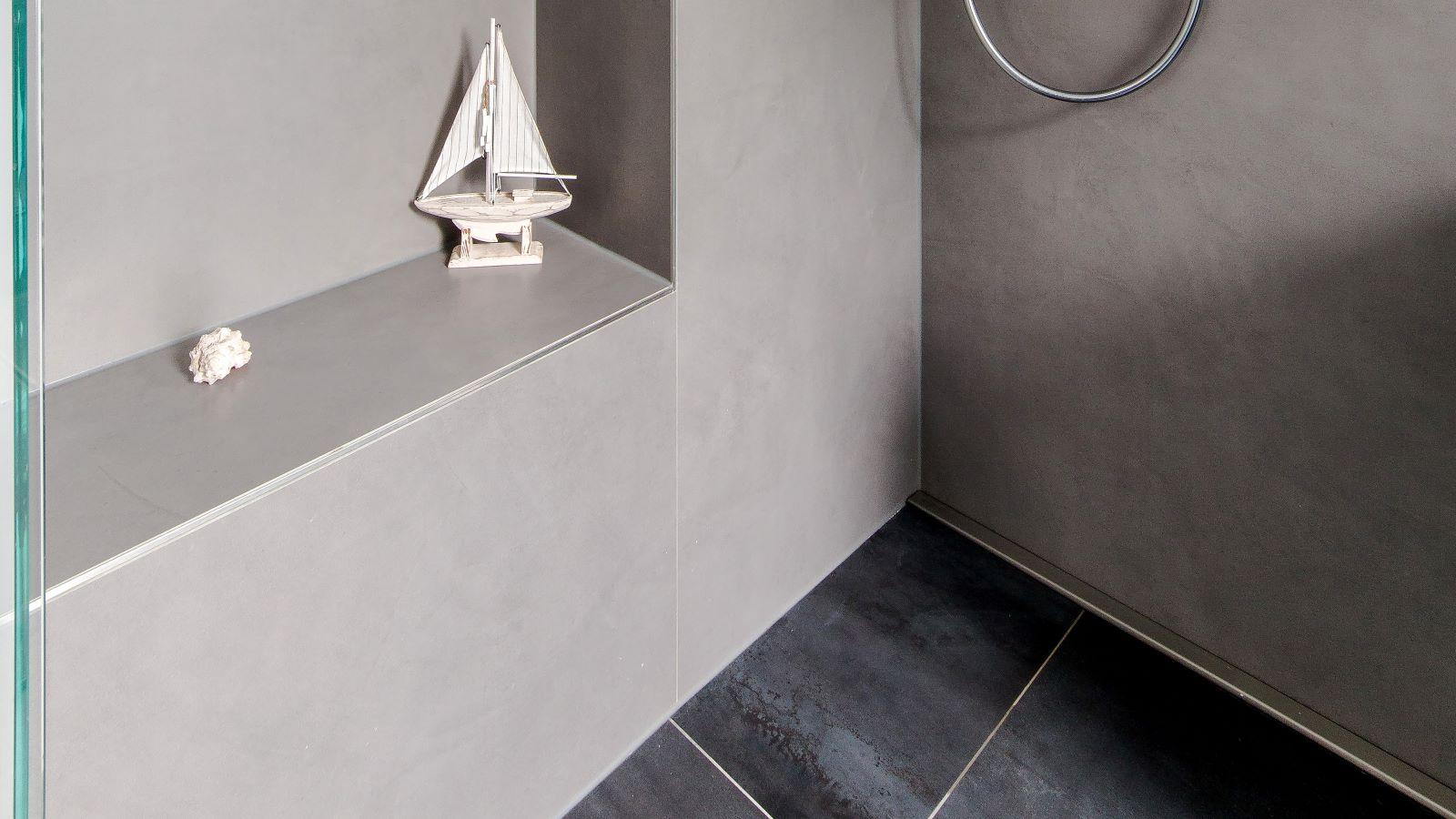 Abgebildet ist die schmale V4a-edelstahl-duschrinne-pro wandbuendig in einer barrierefreien dusche installiert. Als duschablauf sorgt sie fuer eine sehr gute linienentwaesserung der bodengleichen dusche