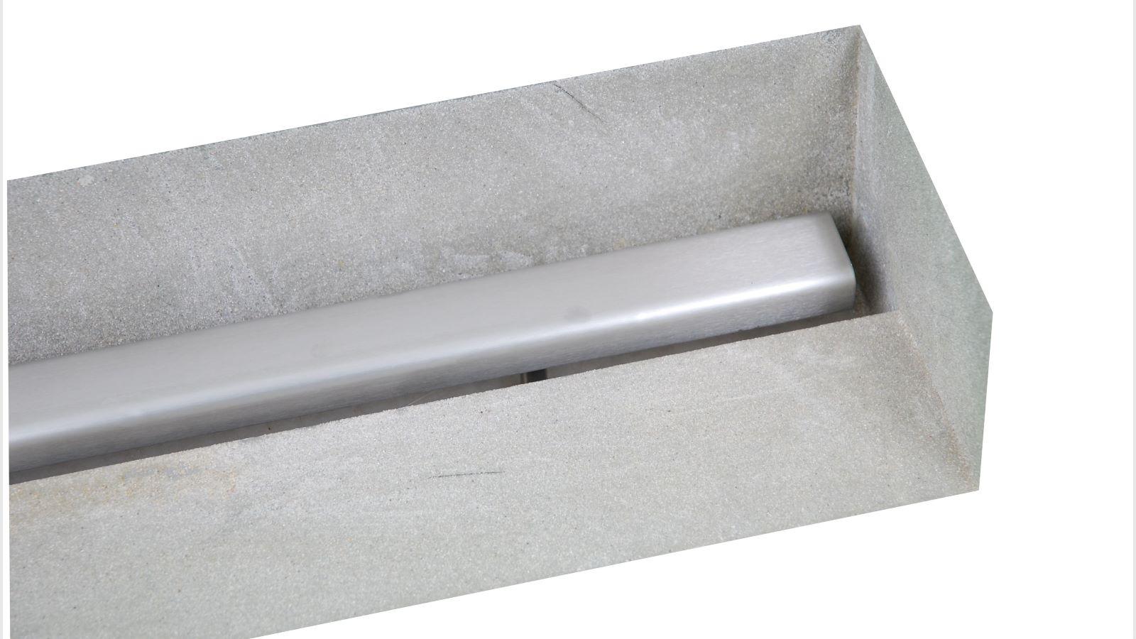 Die abbildung zeigt die langlebige v4a edelstahl-duschrinne pro mit seitlichen ausfuehrungen fuer den wandbuendigen einbau. Rechts schliesst die sonderanfertigung der duschrinne pro direkt an die wand an. Die individuelle ausfuehrung der duschrinne pro ist entsprechend hinten aufkantung fuer wand und rechts aufkantung im rechten winkel fuer wandecke.