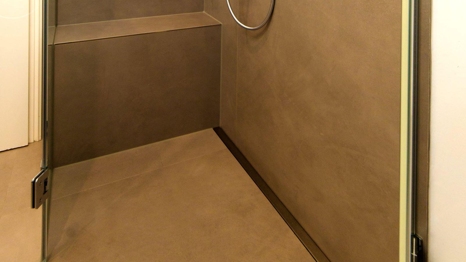 Abgebildet ist die in einer barrierefreien, geraeumigen dusche dezent wandbuendig eingebaute v4a edelstahl-duschrinne pro mit schmaler edelstahl abdeckung. Durch ihre sehr hohe ablaufleistung ermoeglicht die extra flache duschrinne pro eine sehr gute linienentwaesserung der bodengleichen dusche. Diese ebenerdige dusche mit XXL- boden- und wandfliesen ist sehr pflegeleicht