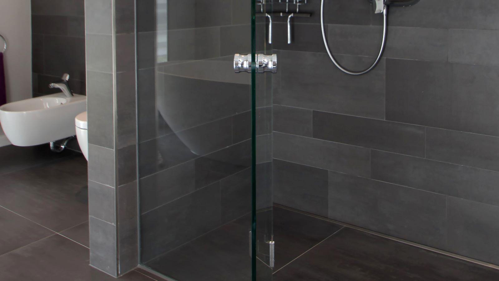 Auf dem bild sichtbar ist die in einer grossen dusche wandbuendig montierte , extra lange v4a edelstahl-duschrinne pro in kombination mit grossformatigen, pflegeleichten fliesen. Cm-genau massgefertigt bis 600 cm laenge laesst sich die duschrinne pro einfach montieren. Die hier gezeigte, sehr lange variante der duschrinne pro ermoeglicht eine sehr gute linienentwaesserung der bodengleichen dusche