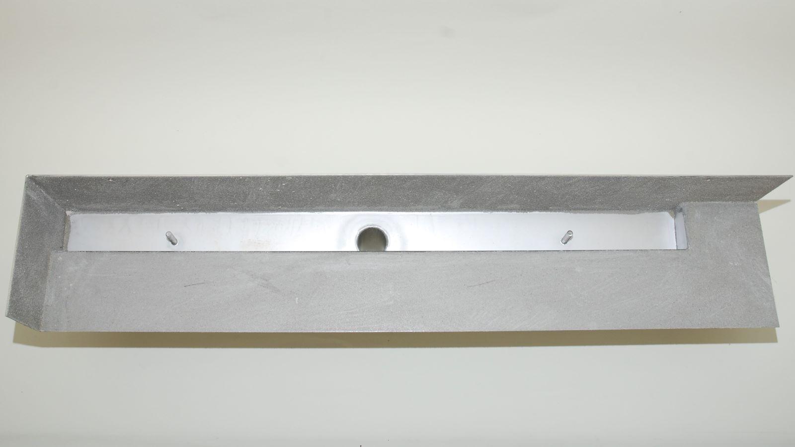Hier die detailansicht der cm-genauen massanfertigung der langlebigen v4a edelstahl-duschrinne pro fuer die wandbuendige montage. Die hochwertige duschrinne pro ist optimal fuer moderne, funktionale barrierefreie duschen. Abgebildet ist eine sonderanfertigung mit individuellen seitlichen aufkantungen fuer den einbau in eine wandecke hinten links.