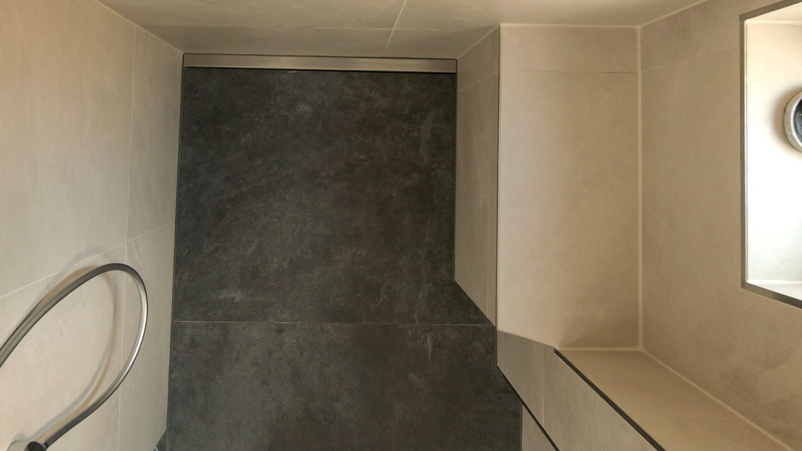 Abgebildet ist die in einer barrierefreien dusche wandbuendig in einer wandnische eingebaute, zeitlose v4a edelstahl-duschrinne pro. Cm-genau massgefertigt bis 600 cm laenge laesst sich die duschrinne pro einfach in die wandnische einbauen. Durch ihre sehr hohe ablaufleistung ermoeglicht die unempflindliche duschrinne pro eine sehr gute linienentwaesserung der bodengleichen dusche. Diese ebenerdige dusche mit grosssformatigen boden- und wandfliesen befindet sich vor einem Fenster in einem altbau.