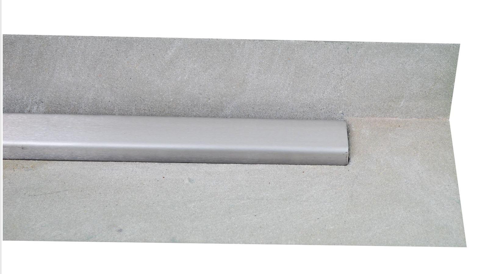 Die langlebige v4a edelstahl-duschrinne pro hat einen breiten, besandeten klebeflansch fuer eine sichere abdichtung. Diese sonderanfertigung hat eine aufkantung an der langen, hinteren Seite, die direkt an der wand oder vor einer sitzbank positioniert wird. Diese variante ist zum beispiel in der unten gezeigten bodenebenen dusche mit den großflaechigen fliesen in moderner optik montiert. Sie sorgt durch ihre sehr hohe ablaufleistung fuer eine sehr gute entwaesserung der altersgerechten dusche.