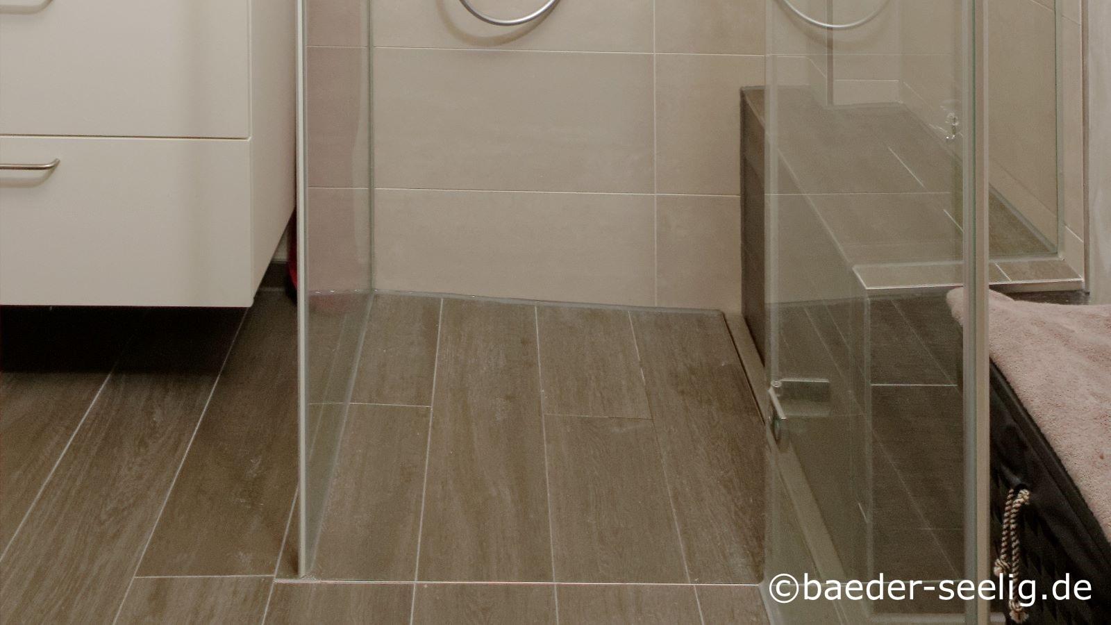 Abgebildet ist ein familienbad mit einer erdebenen duschkabine, die durch die flexibelste bodenablaufrinne fuer nachtraeglich verwirklichte duschen realisiert werden konnte. Die cm-genau massgefertigte v4a edelstahl-duschrinne pro konnte hier dank ihrer sehr niedrigen einbauhoehe von nur 40 mm wandbuendig installiert werden.