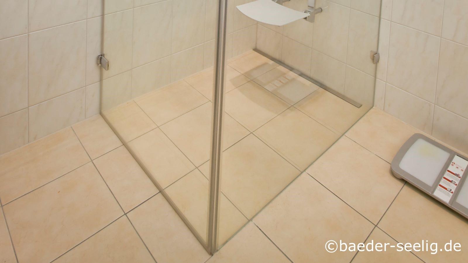 Abgebildet ist ein behindertengerecht umgebautes bad mit einer grossen, bequemen duschkabine mit duschklappsitz und der wandbuendig passgenau zwischen der duschwand links und der glasduschabtrennung rechts eingebauen v4a edelstahl-duschrinne pro. Diese sehr schmale duschrinne nach mass mit nur 40 mm einbauhoehe ist durch die individuellen wandaufkantungen und die individuelle abflusskonfiguration fuer diese duschplanung die optimale bodenablaufrinne gewesen. Sie ermoeglicht eine sichere und einfache abdichtung, herstellung des einseitigen gefaelleestrichs im bereich der dusche und die verlegung der grossformatigen fliesen mit nur wenigen fugen, die gerade hier im behindertengerechten bad fuer die nutzer wegen ihrer einfachen pflege besonders wichtig waren. Auch die mit ca. 1 l/s konstant sehr hohe ablaufleistung durch den freien 40 mm querschnitt des ablaufs ist aeusserst wichtig fuer die nutzer dieser behindertengerechten dusche. So laeuft das wasser schnell ab. Zudem ist die reinigung der dusche schnell und einfach ohne werkzeug moeglich.