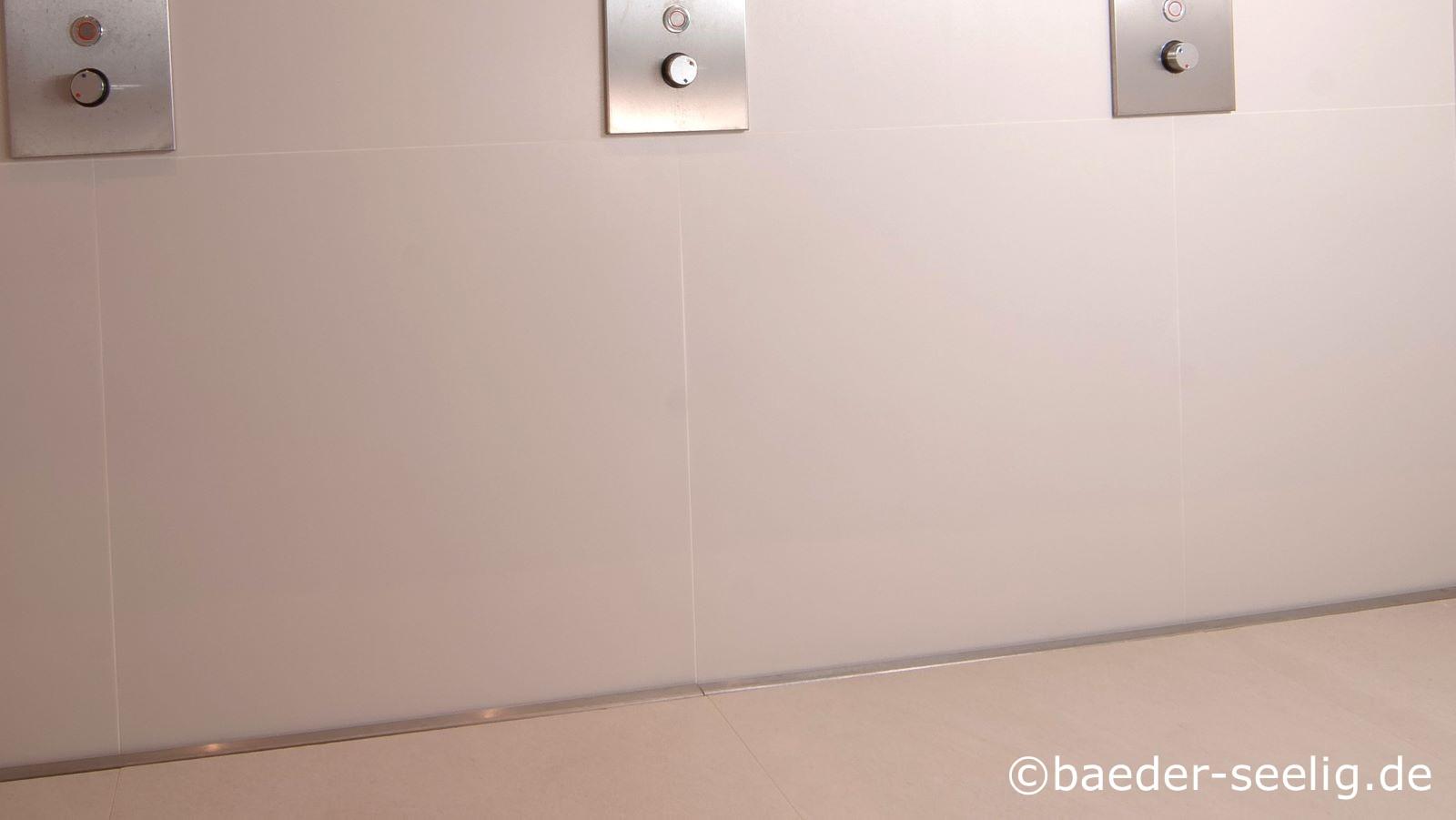 Abgebildet ist die v4a edelstahl-duschrinne pro als variabelste, mit 40 mm auch die flachste duschablaufrinne fuer reihenduschanlagen. Wandbuendiger einbau der schlitzablaufrinne von duschwand zu duschwand ist passgenau moeglich durch die sehr geringe einbauhoehe von nur 20 mm oder 40 mm, die cm-genaue massfertigung der langlebigen, robusten bodenablaufrinne, die auch gegen salzwasser und chlorhaltiges wasser unempfindlich ist, die individuellen wandaufkantungen und die vielen abflussvarianten. Hier zu sehen ist eine reihenduschanlage mit drei duscharmaturen in einem fitness-center.