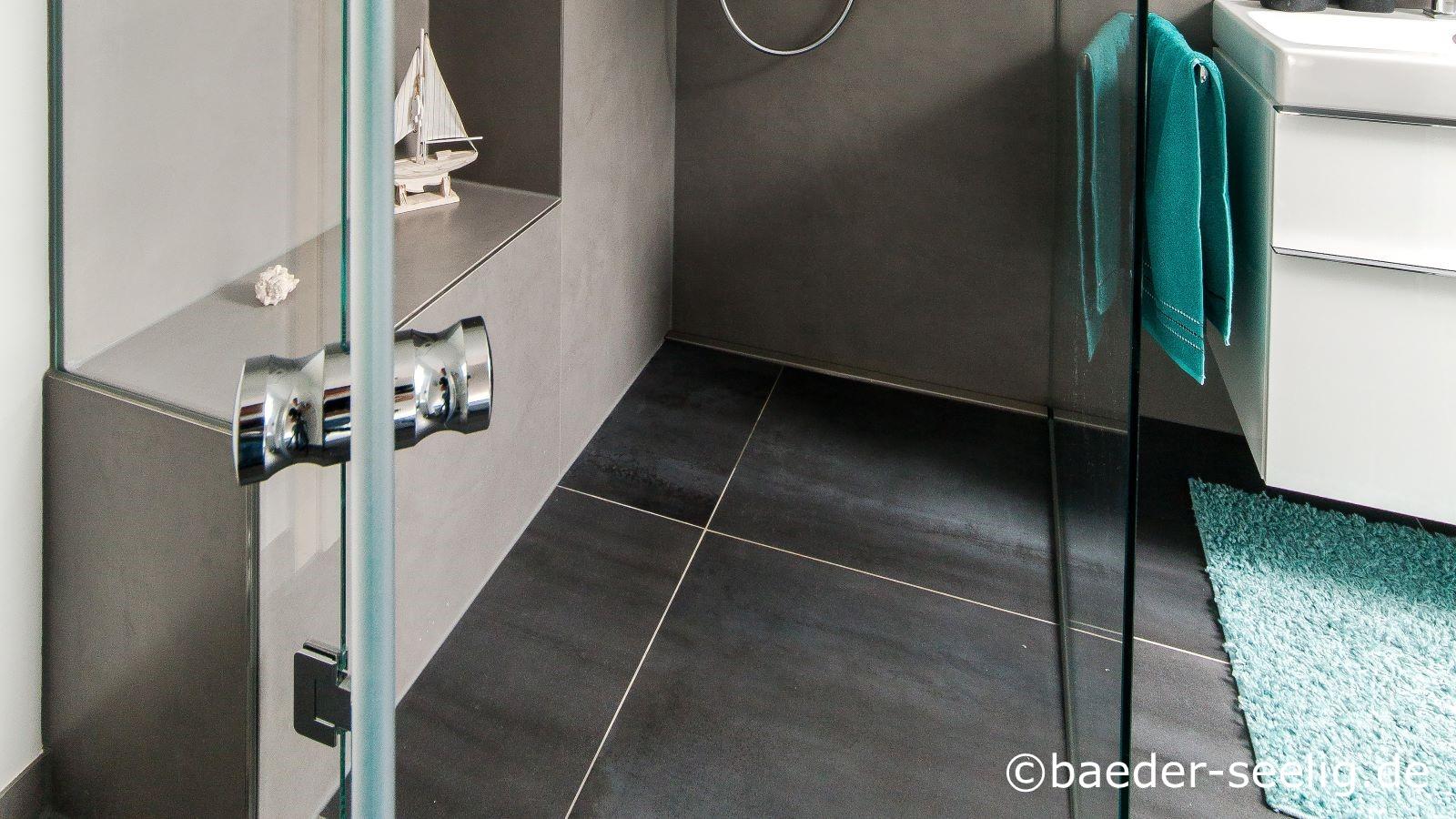 Im altbau trotz holzbalken im boden ist die hier gezeigte bodengleiche dusche nachtraeglich eingebaut worden im zuge der barrierefreien badrestaurierung. Die wandbuendig eingebaute, superflache duschrinne pro mit nur 40 mm flacher einbauhoehe ermoeglichte diese bodentiefe dusche mit 1 x 3 m kerlite xxl fliesen an den waenden und 1 x 1 m kerlite xxl fliesen auf dem boden. Sichtbar ist auch, dass die ebenerdige dusche vollstaendig in den raum integriert ist sowohl durch die voellig transparente ganzglas-duschabtrennung als auch durch den schwellenfrei durchgefliesten boden. Diese komfortable dusche nach mass wurde ermoeglicht durch die beste duschablaufrinne nach mass, die hier cm-passgenau eingebaut wurde.